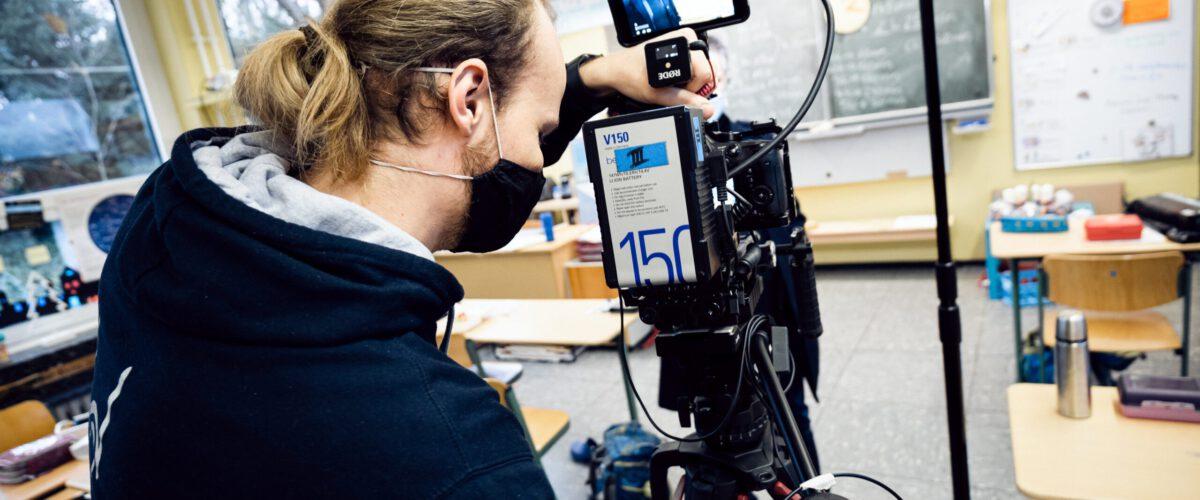 kameramann bringt bei imagefilm produktion kamera ins wasser